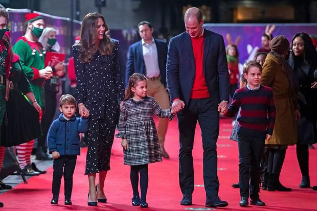 Đức Vua tương lai của Hoàng gia Anh: Những khoảnh khắc thần thái ngất trời của Hoàng tử bé George, mới 7 tuổi nhưng đã ra dáng anh cả - Ảnh 2.