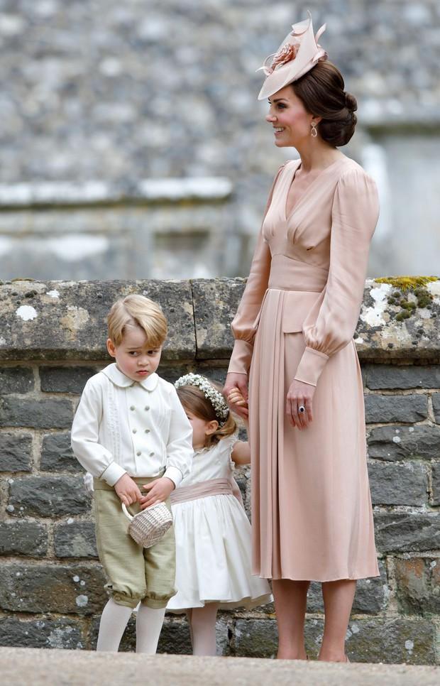 Đức Vua tương lai của Hoàng gia Anh: Những khoảnh khắc thần thái ngất trời của Hoàng tử bé George, mới 7 tuổi nhưng đã ra dáng anh cả - Ảnh 21.