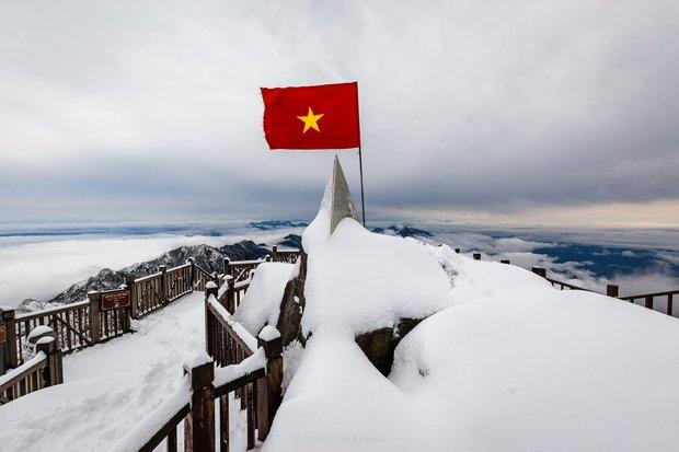 Toàn cảnh đỉnh Fansipan đẹp đến nao lòng trong màu tuyết trắng, ai mà nghĩ đây là Việt Nam chứ? - Ảnh 1.