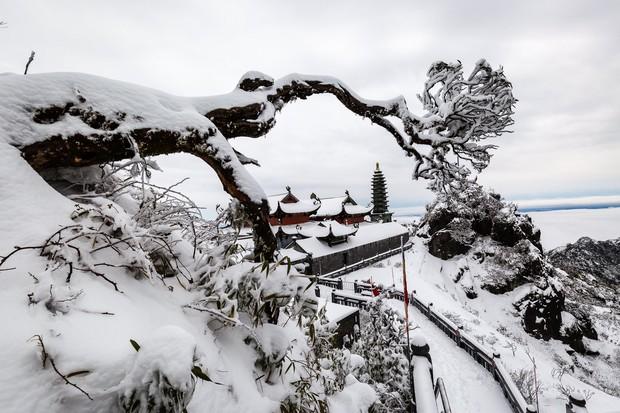 Toàn cảnh đỉnh Fansipan đẹp đến nao lòng trong màu tuyết trắng, ai mà nghĩ đây là Việt Nam chứ? - Ảnh 2.