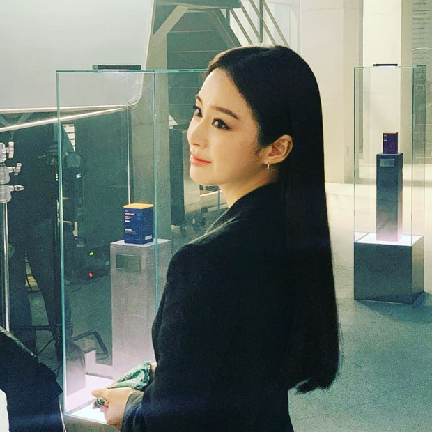 Kim Tae Hee lột xác từ nữ thần thành soái tỷ ngầu đét, kéo đến ảnh cận mặt không ai tin là mẹ bỉm U40 đã có 2 con - Ảnh 4.