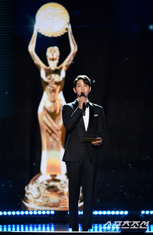 Song Joong Ki gây bão tại lễ trao giải Rồng Xanh tối nay: Lấy lại được visual đẳng cấp, nhưng sao trông buồn thế này? - Ảnh 2.