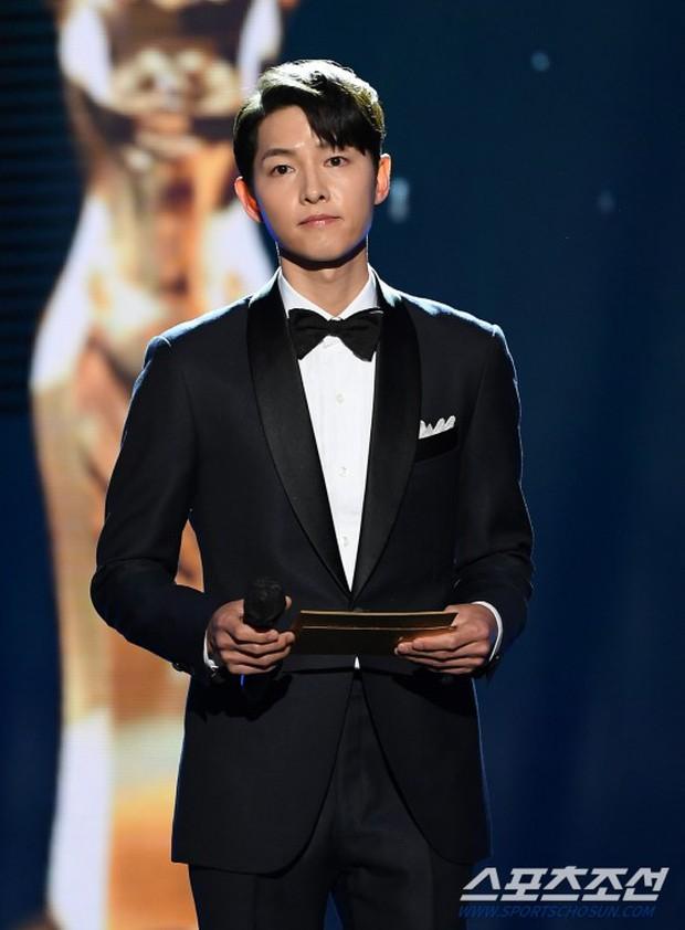 Song Joong Ki gây bão tại lễ trao giải Rồng Xanh tối nay: Lấy lại được visual đẳng cấp, nhưng sao trông buồn thế này? - Ảnh 4.