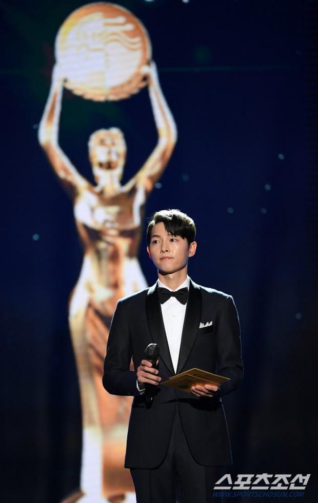 Song Joong Ki gây bão tại lễ trao giải Rồng Xanh tối nay: Lấy lại được visual đẳng cấp, nhưng sao trông buồn thế này? - Ảnh 5.
