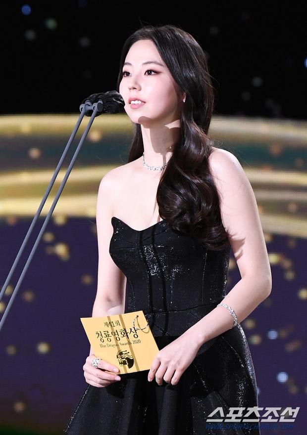 Dàn mỹ nhân hot nhất Rồng Xanh 2020: Sohee khoe vòng 1 bức thở, Lee Sung Kyung át cả Han Hyo Joo vì chân... siêu dài - Ảnh 2.