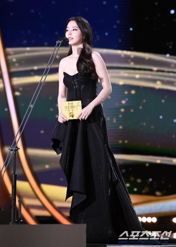 Dàn mỹ nhân hot nhất Rồng Xanh 2020: Sohee khoe vòng 1 bức thở, Lee Sung Kyung át cả Han Hyo Joo vì chân... siêu dài - Ảnh 5.