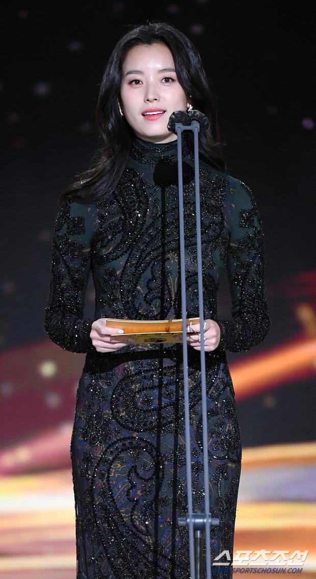 Dàn mỹ nhân hot nhất Rồng Xanh 2020: Sohee khoe vòng 1 bức thở, Lee Sung Kyung át cả Han Hyo Joo vì chân... siêu dài - Ảnh 11.