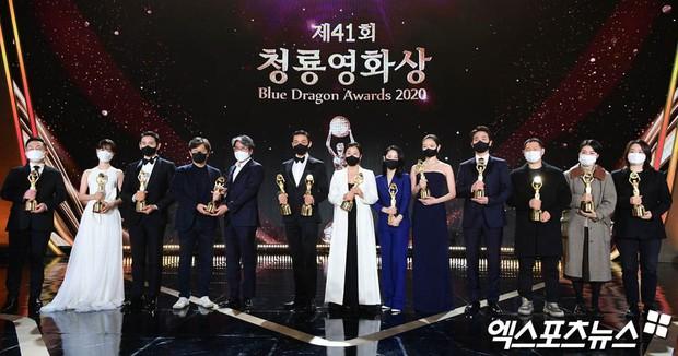 Yoo Ah In hốt đậm tại lễ trao giải Rồng Xanh 2020, hai lần làm Ảnh Đế là không đùa được đâu! - Ảnh 1.