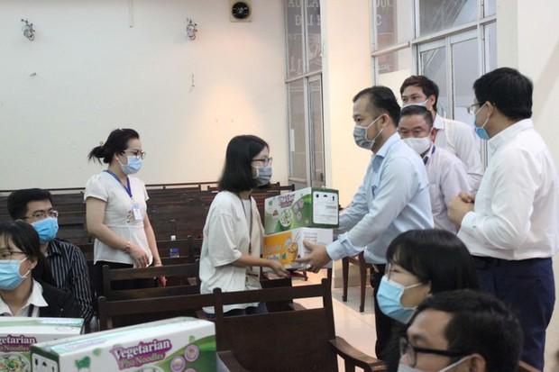 17 sinh viên ĐH Y Dược TP.HCM không về quê đón Tết, tình nguyện ở lại chống dịch - Ảnh 1.