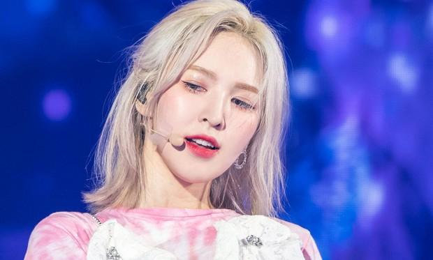 Wendy (Red Velvet) phải nẹp chặt hàm sau tai nạn ngã sân khấu, dưỡng thương nhưng vẫn chăm chỉ tập hát khiến producer cảm động - Ảnh 4.