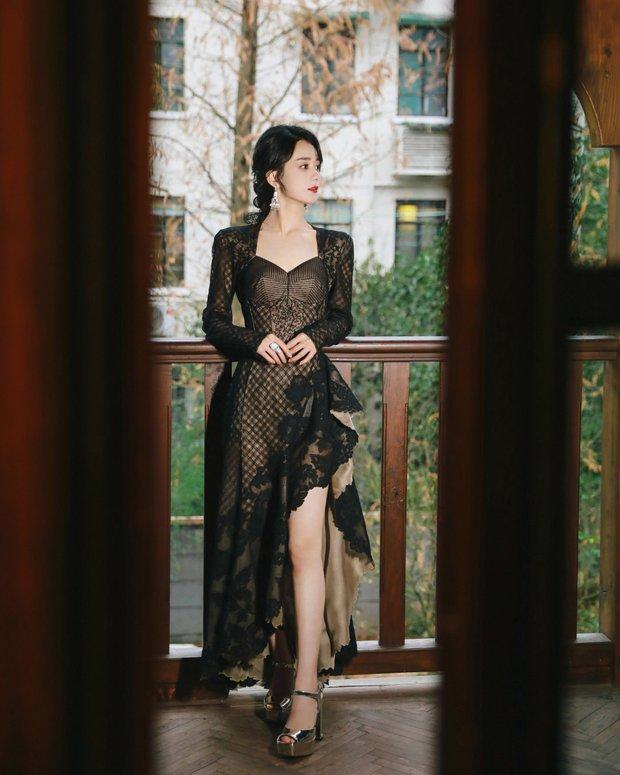 Biến căng: Stylist của Triệu Lệ Dĩnh bóng gió chuyện Dương Mịch diện đồ Haute Couture hàng fake, còn là đồ cổ 10 năm trước? - Ảnh 4.