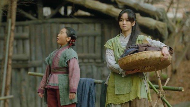 Vừa được Kim So Hyun chủ động ôm ấp, Ji Soo bạo miệng rủ ngay crush về chung phòng ở Sông Đón Trăng Lên - Ảnh 1.