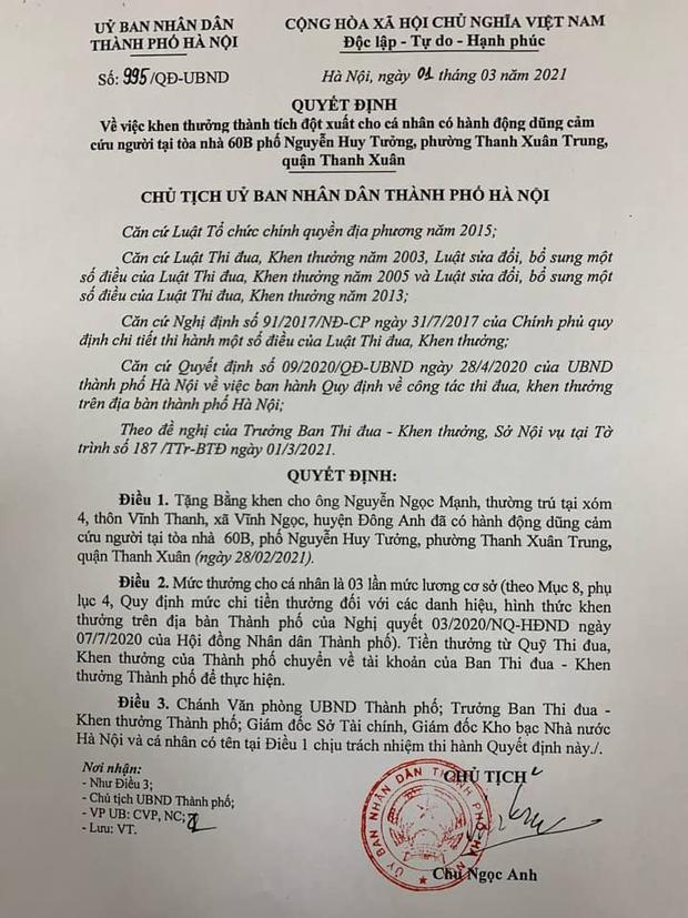 Chủ tịch Hà Nội tặng bằng khen người hùng cứu bé gái 3 tuổi rơi từ tầng 12 chung cư - Ảnh 1.