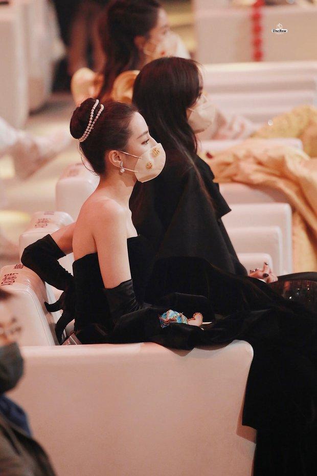 1001 drama Đêm Weibo: Dương Mịch né Đường Yên như né tà, Nhiệt Ba im như thóc, Angela Baby cố tình ngồi xa chồng - Ảnh 8.