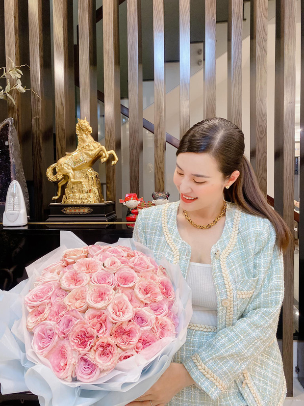 Đông Nhi lên đồ mừng kỷ niệm 12 năm bên Ông Cao Thắng: Sắc vóc mẹ bỉm xứng đáng 100 điểm, hơn thập kỷ gắn bó mà lãng mạn phát ghen - Ảnh 4.