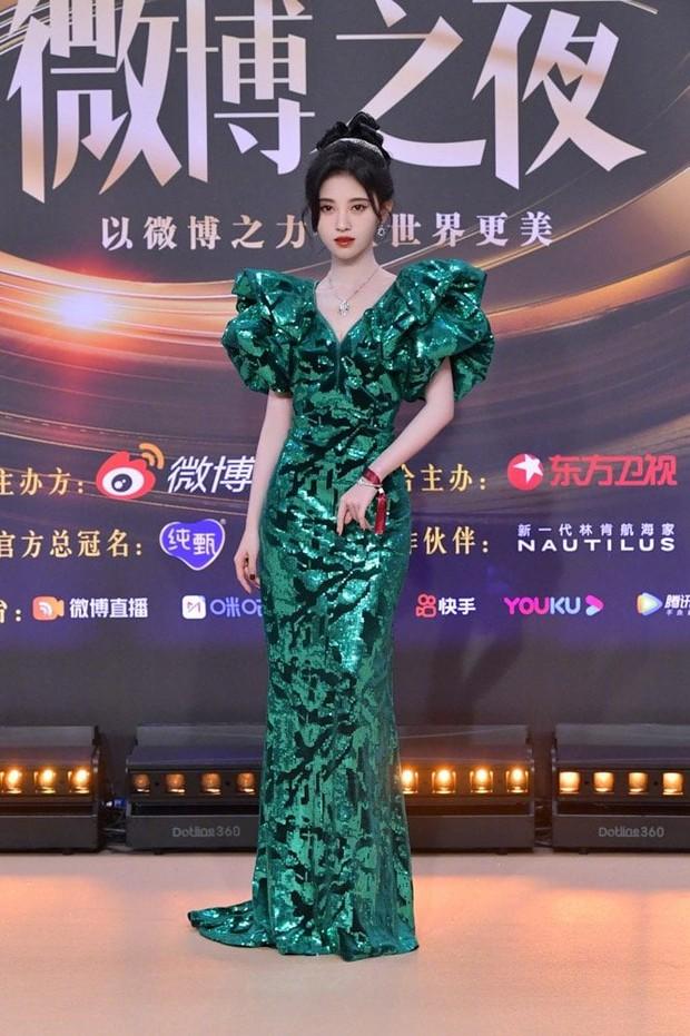 Soi váy áo sao nữ Đêm Hội Weibo: Nhiệt Ba chặt chém ác liệt, Châu Đông Vũ - Tống Thiến mặc gì thế này? - Ảnh 1.
