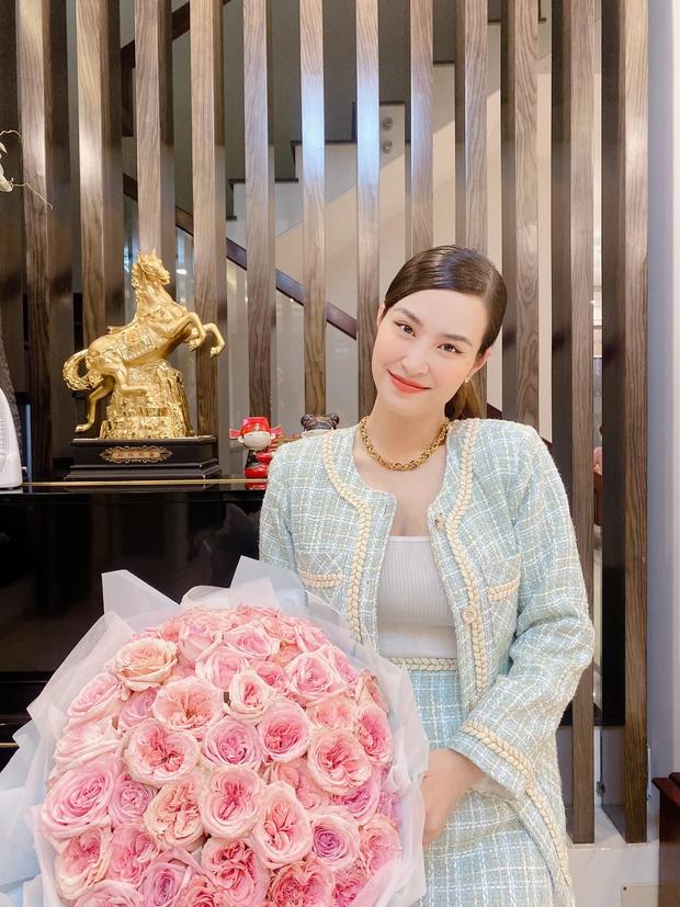 Đông Nhi lên đồ mừng kỷ niệm 12 năm bên Ông Cao Thắng: Sắc vóc mẹ bỉm xứng đáng 100 điểm, hơn thập kỷ gắn bó mà lãng mạn phát ghen - Ảnh 3.