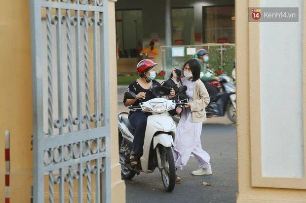 Ngày đầu tiên đi học sau 1 tháng nghỉ Tết: Học sinh chạy vội vì trễ giờ, khẩu trang kín mít vào lớp, dừng các hoạt động dưới sân trường - Ảnh 5.