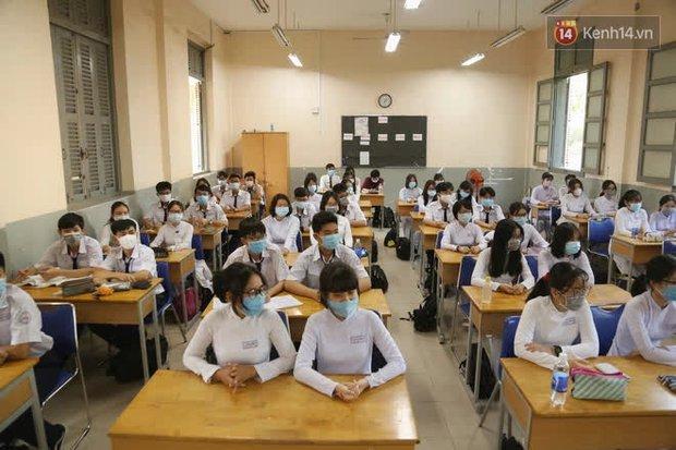 Ngày đầu tiên đi học sau 1 tháng nghỉ Tết: Học sinh chạy vội vì trễ giờ, khẩu trang kín mít vào lớp, dừng các hoạt động dưới sân trường - Ảnh 9.