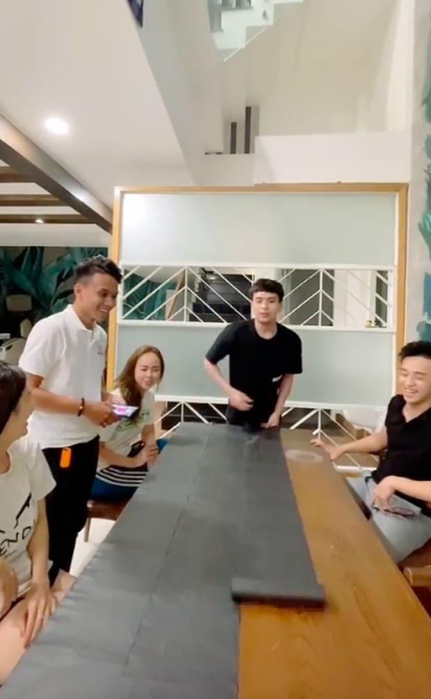 """""""Danh hài"""" Hồ Quang Hiếu làm hẳn một bàn bánh tráng trộn khổng lồ, Bà Tân Vlog cũng phải bó tay! - Ảnh 1."""