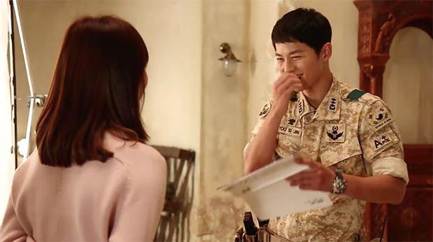 Sau Song Hye Kyo, lâu lắm mới có bạn diễn thân mật với Song Joong Ki thế này: Hết cười đùa lại chụp ảnh riêng, liệu có mờ ám? - Ảnh 11.