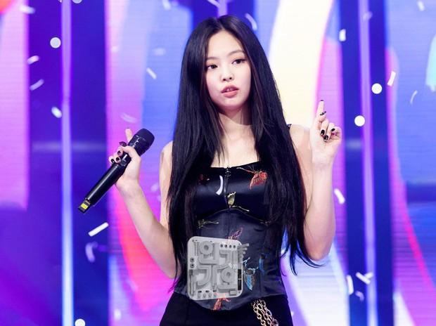 Jennie cứ yêu đương là dính phốt biểu diễn hời hợt: Netizen mỉa mai để Kai (EXO) dạy vũ đạo, bị soi nhảy sai ngay sau tin hẹn hò GD - Ảnh 1.