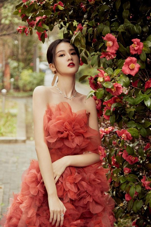 Soi váy áo sao nữ Đêm Hội Weibo: Nhiệt Ba chặt chém ác liệt, Châu Đông Vũ - Tống Thiến mặc gì thế này? - Ảnh 3.