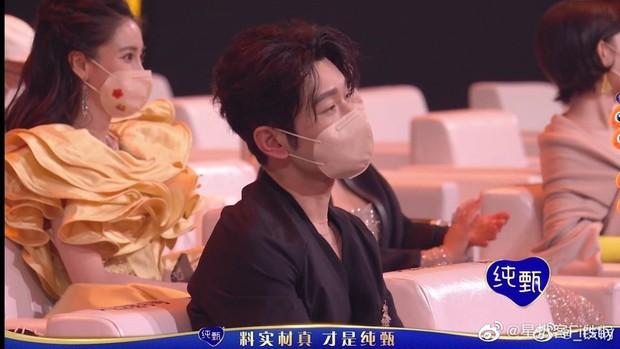 1001 drama Đêm Weibo: Dương Mịch né Đường Yên như né tà, Nhiệt Ba im như thóc, Angela Baby cố tình ngồi xa chồng - Ảnh 9.