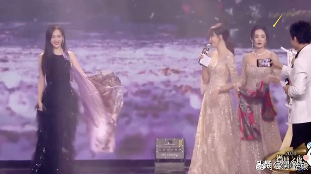 1001 drama Đêm Weibo: Dương Mịch né Đường Yên như né tà, Nhiệt Ba im như thóc, Angela Baby cố tình ngồi xa chồng - Ảnh 3.