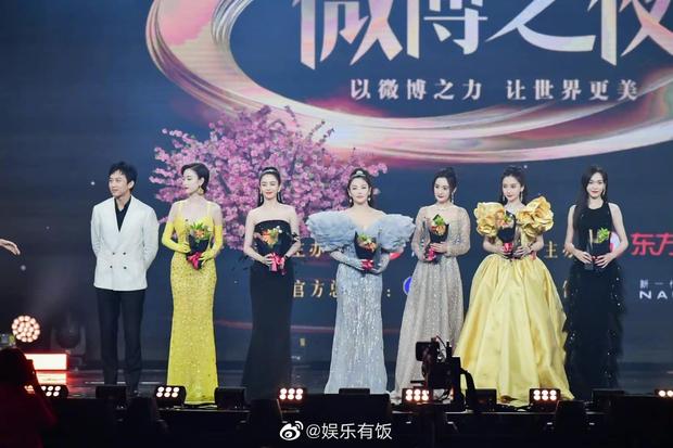 1001 drama Đêm Weibo: Dương Mịch né Đường Yên như né tà, Nhiệt Ba im như thóc, Angela Baby cố tình ngồi xa chồng - Ảnh 6.