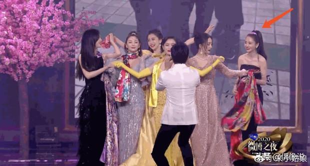 1001 drama Đêm Weibo: Dương Mịch né Đường Yên như né tà, Nhiệt Ba im như thóc, Angela Baby cố tình ngồi xa chồng - Ảnh 14.