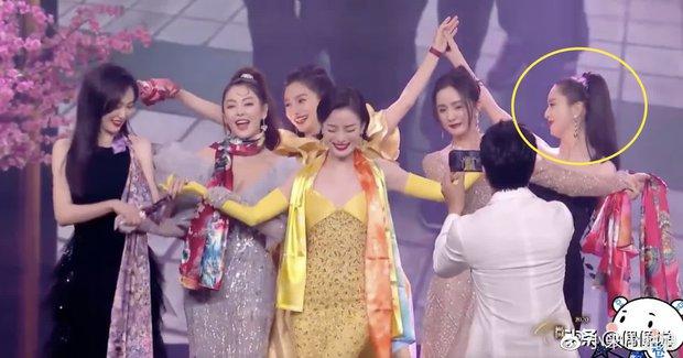 1001 drama Đêm Weibo: Dương Mịch né Đường Yên như né tà, Nhiệt Ba im như thóc, Angela Baby cố tình ngồi xa chồng - Ảnh 15.