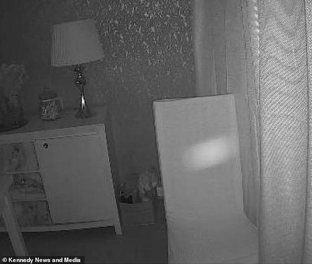 Luôn cảm thấy như có ai đó trong nhà, cặp đôi kiểm tra camera rồi rùng mình phát hiện bóng dáng người phụ nữ cùng loạt hiện tượng khó giải thích - Ảnh 2.