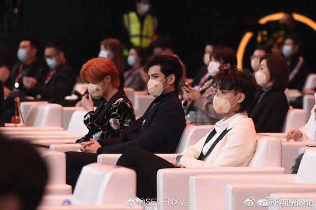 1001 drama Đêm Weibo: Dương Mịch né Đường Yên như né tà, Nhiệt Ba im như thóc, Angela Baby cố tình ngồi xa chồng - Ảnh 16.