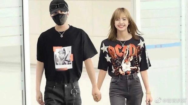 Weibo rầm rộ loạt ảnh Lisa (BLACKPINK) tay nắm tay, má kề má cực kỳ tình cảm với Thái Từ Khôn - Ảnh 2.