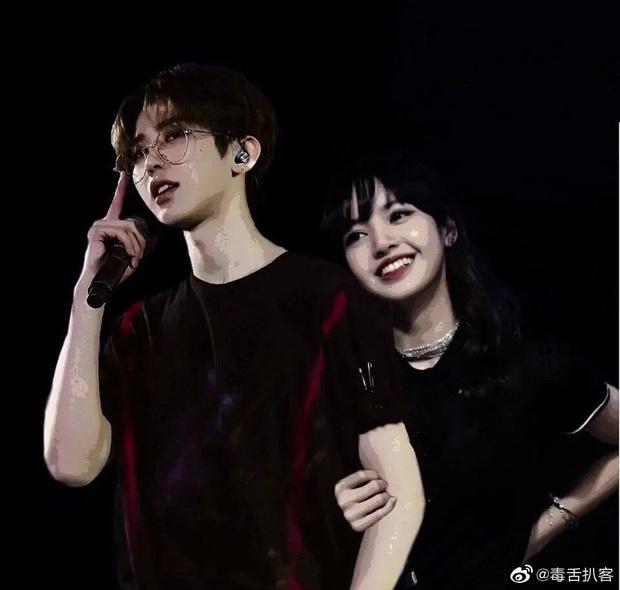 Weibo rầm rộ loạt ảnh Lisa (BLACKPINK) tay nắm tay, má kề má cực kỳ tình cảm với Thái Từ Khôn - Ảnh 4.