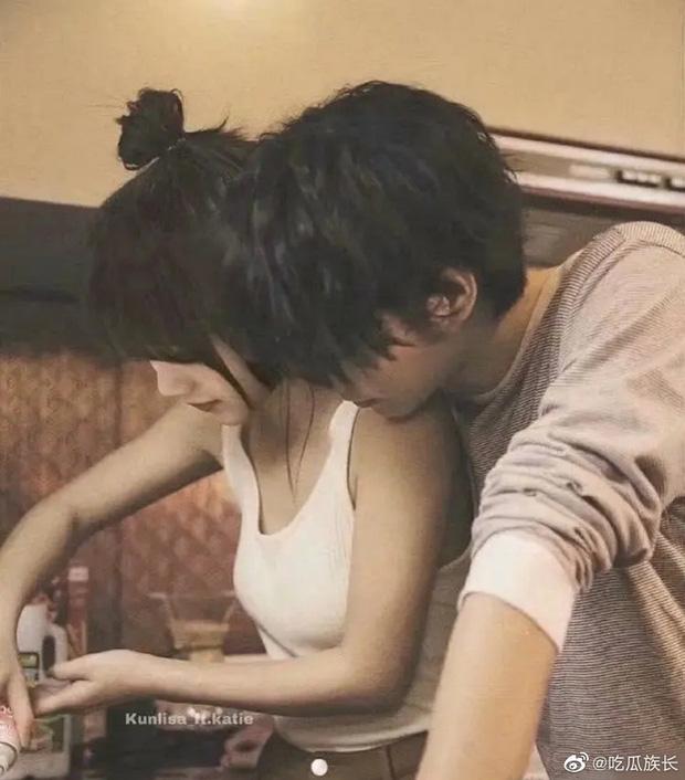 Weibo rầm rộ loạt ảnh Lisa (BLACKPINK) tay nắm tay, má kề má cực kỳ tình cảm với Thái Từ Khôn - Ảnh 3.
