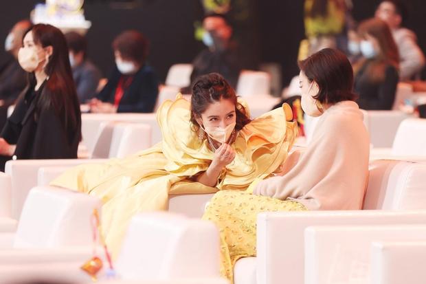 """Dàn mỹ nhân chung khung hình ở Đêm Weibo: Angela Baby, Dương Mịch và Triệu Lệ Dĩnh so kè, Trương Vũ Kỳ chấp luôn nhờ """"bức tử"""" vòng 1 - Ảnh 5."""
