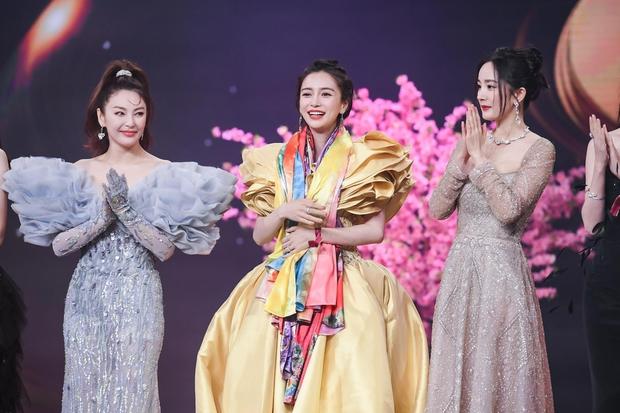 """Dàn mỹ nhân chung khung hình ở Đêm Weibo: Angela Baby, Dương Mịch và Triệu Lệ Dĩnh so kè, Trương Vũ Kỳ chấp luôn nhờ """"bức tử"""" vòng 1 - Ảnh 11."""