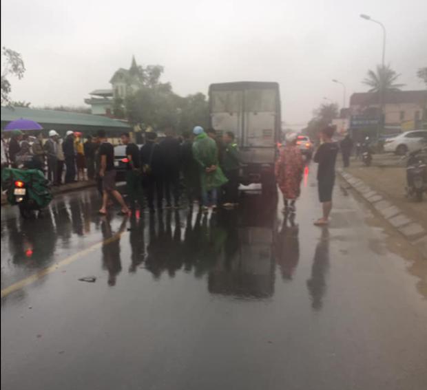 Va chạm với xe tải trước cổng bệnh viện, 2 thanh niên thương vong - Ảnh 1.
