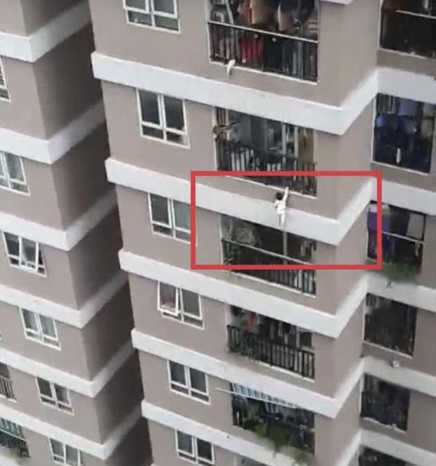 Phân tích vụ bé gái ngã từ tầng 12: Người hùng Nguyễn Ngọc Mạnh phải đỡ một lực gần nửa tấn? - Ảnh 1.