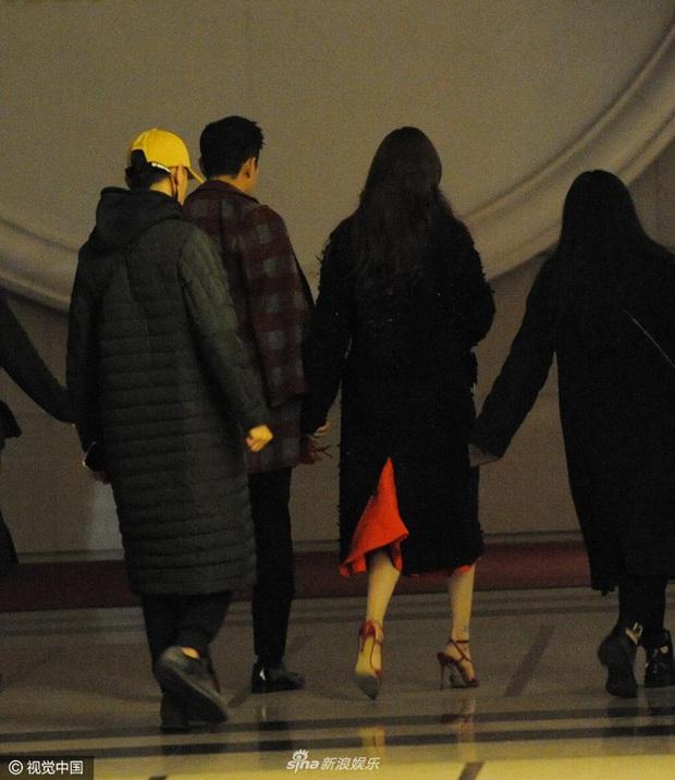 Giữa loạt bê bối ly hôn, 1 cặp đôi sao hạng A khiến Cnet sốt xình xịch vì ảnh hậu trường nắm chặt tay về nhà tựa ngôn tình - Ảnh 7.