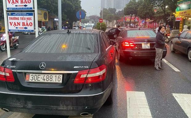 Cục CSGT vào cuộc vụ 2 ô tô Mercedes E300 trùng biển số lưu thông trên đường Hà Nội - Ảnh 1.