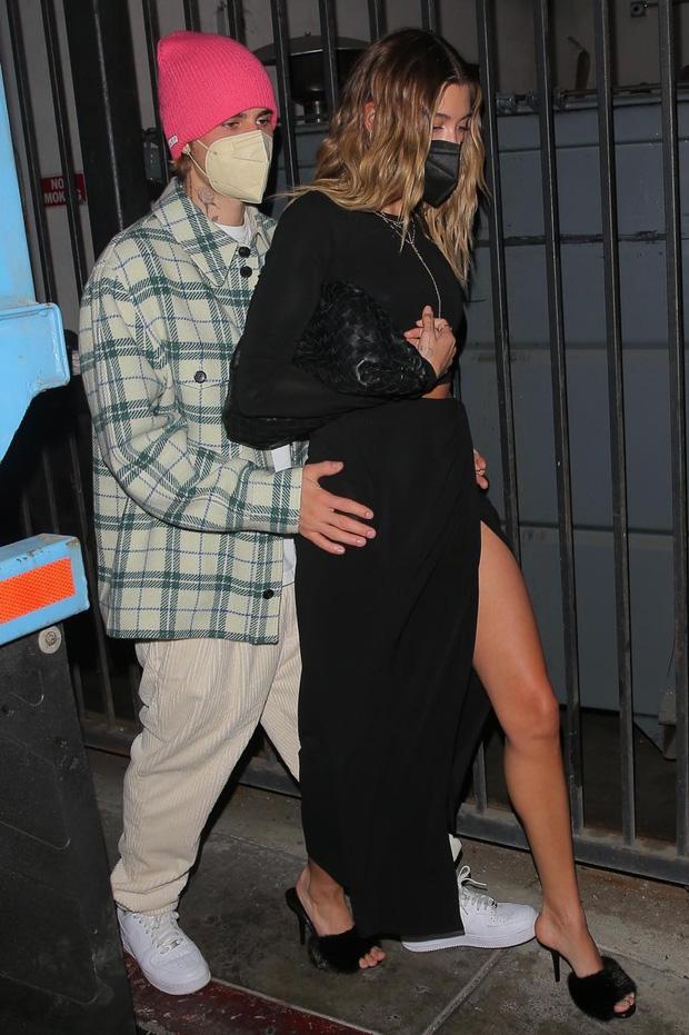 Đi đâu Justin Bieber cũng kè kè khẳng định chủ quyền với Hailey, còn để bàn tay hư bám dính mặc kệ mọi ánh nhìn - Ảnh 4.