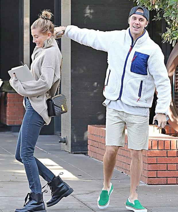 Đi đâu Justin Bieber cũng kè kè khẳng định chủ quyền với Hailey, còn để bàn tay hư bám dính mặc kệ mọi ánh nhìn - Ảnh 11.