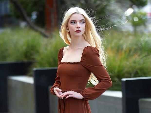 Anya Taylor-Joy là ai mà rung chuyển cả Hollywood vì quá đẹp? Visual như báu vật, vòng 1 bức thở, choáng nhất ảnh chụp vội - Ảnh 11.