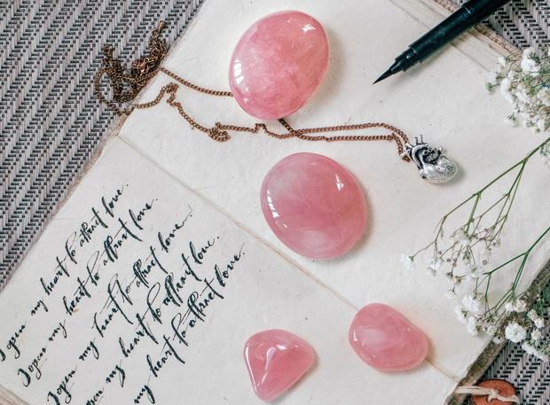 Muốn đường tình duyên nở rộ, 5 mệnh hãy sắm trang sức mang những loại đá phong thủy này - Ảnh 5.
