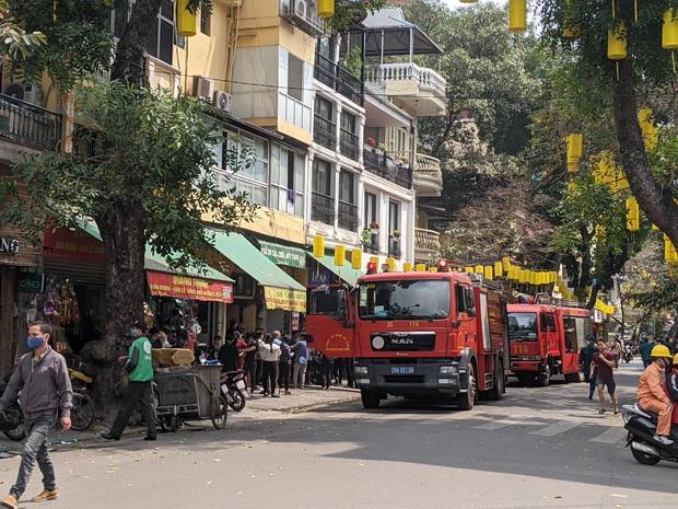 Hà Nội: Cháy lớn trên phố cổ vào giờ trưa, người dân hoảng loạn - Ảnh 2.