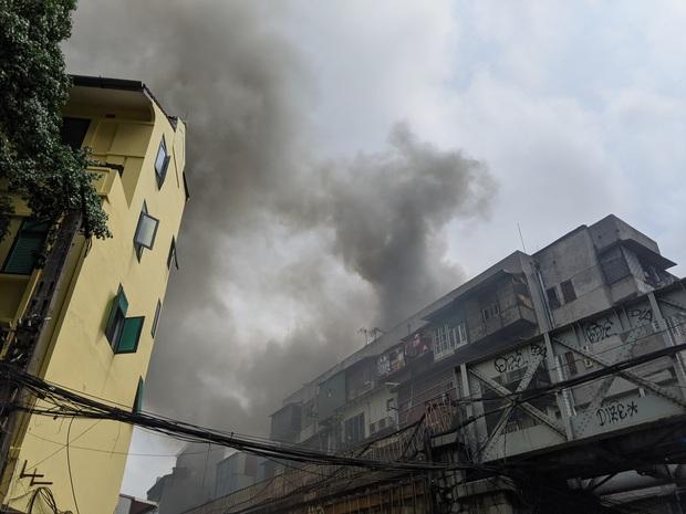 Hà Nội: Cháy lớn trên phố cổ vào giờ trưa, người dân hoảng loạn - Ảnh 1.