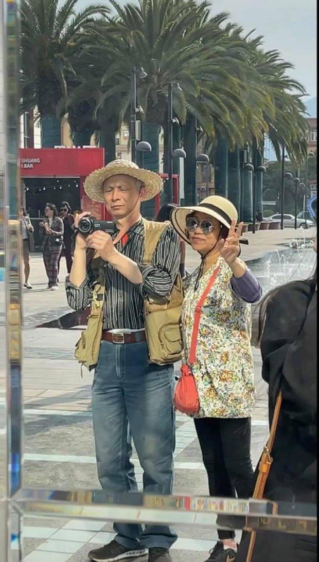 Bức ảnh hai ông bà đi du lịch và quay vlog khiến dân mạng cảm động: Chúng ta của sau này chỉ mong như vậy! - Ảnh 2.